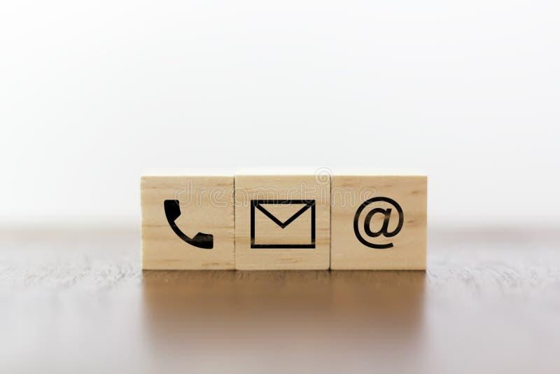 Teléfono, correo y correo electrónico concepto de la atenci?n al cliente fotos de archivo