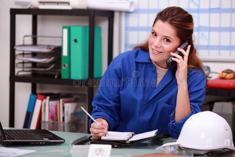 Teléfono de contestación de la mujer corporativa foto de archivo libre de regalías