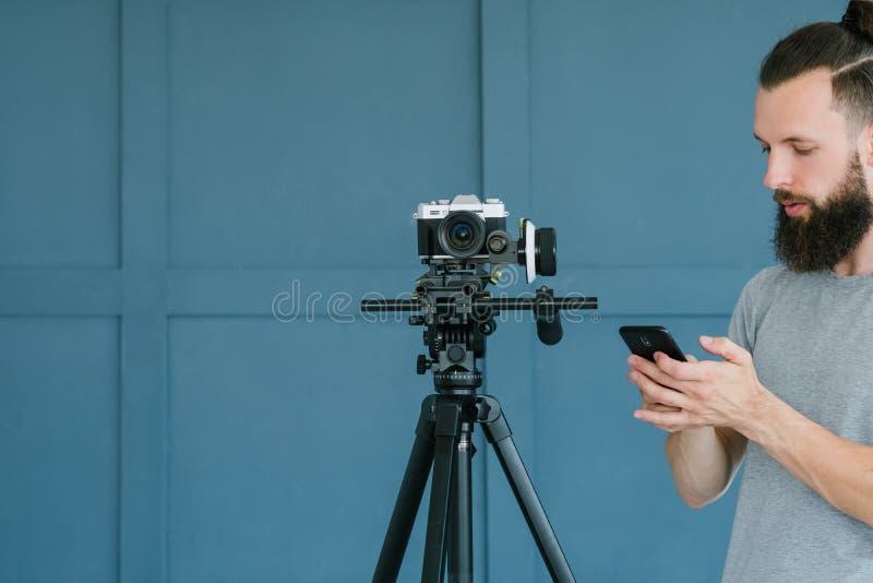 Teléfono de la cámara del control del hombre de la compatibilidad de la tecnología fotografía de archivo libre de regalías