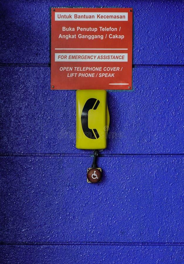 Teléfono de la emergencia en el retrete público fotos de archivo libres de regalías