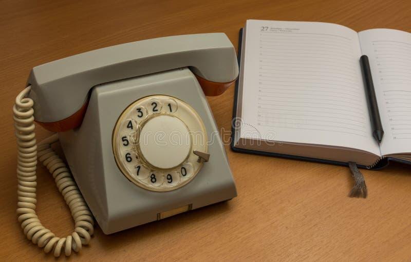 Download Teléfono De La Línea Horizonte Con Un Cuaderno Foto de archivo - Imagen de símbolo, viejo: 64213222
