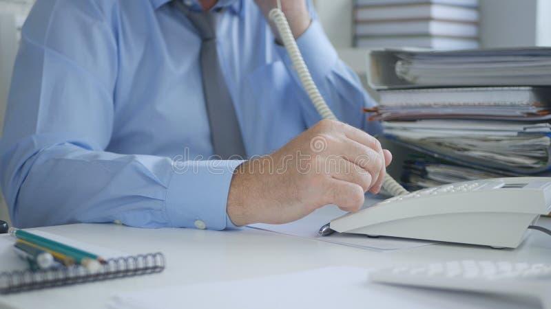 Teléfono de la línea horizonte de Image Using Office del hombre de negocios en archivo que considera foto de archivo