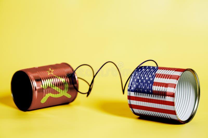 Teléfono de la lata con los E.E.U.U. y las banderas de Unión Soviética Concepto de la comunicación foto de archivo