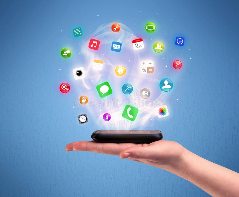 Teléfono de la tableta de la tenencia de la mano con los iconos del app fotografía de archivo libre de regalías