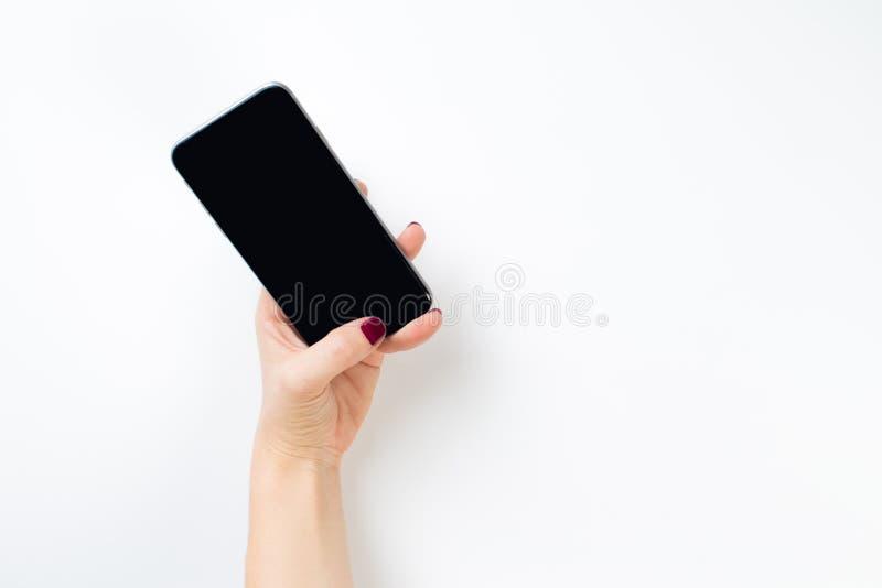 Teléfono de la tenencia de la mano, interior de la trayectoria de recortes imágenes de archivo libres de regalías