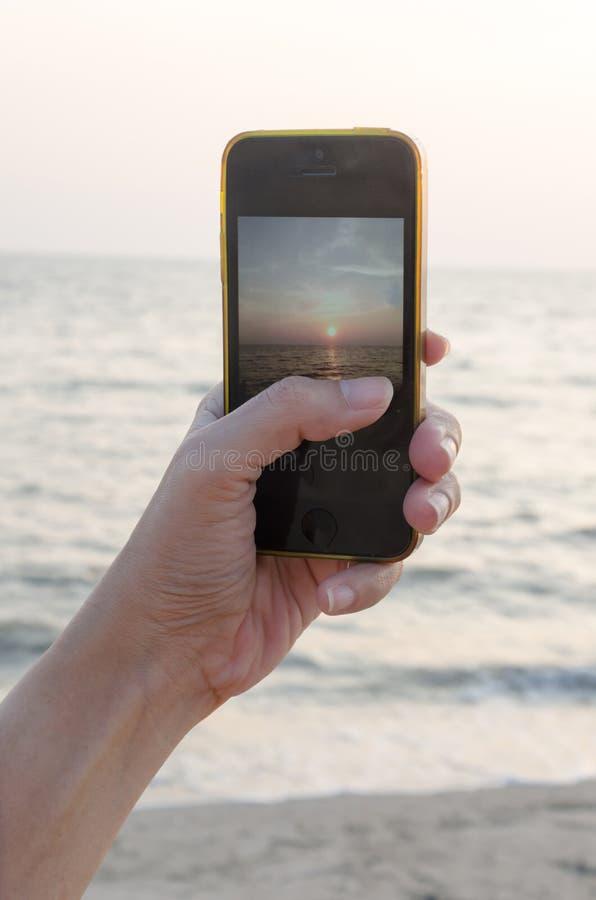 Download Teléfono De Las Manos En El Mar Foto de archivo - Imagen de camera, teléfono: 64207448