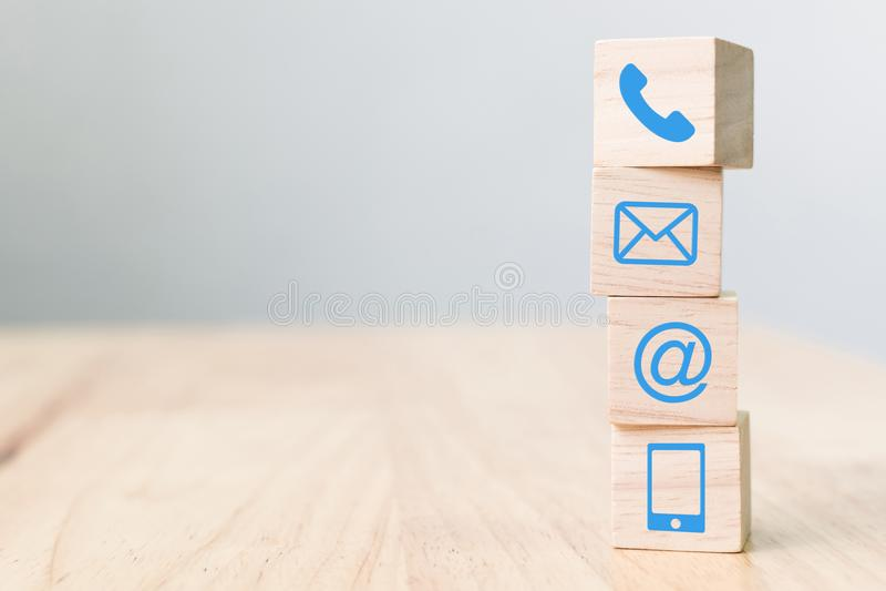 Teléfono del símbolo del bloque de madera, correo, dirección y teléfono móvil, web imágenes de archivo libres de regalías