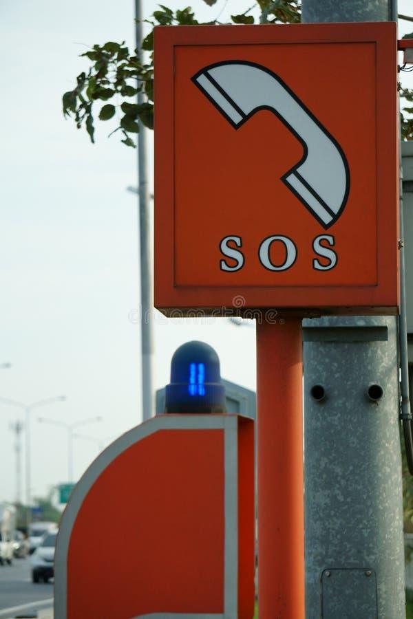 Teléfono el SOS en carretera imagen de archivo libre de regalías