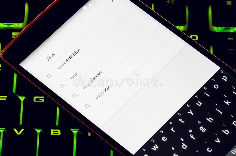 Teléfono elegante con búsqueda del virus en la exhibición imagenes de archivo