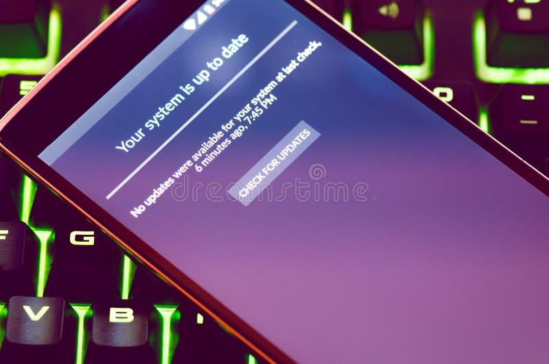 Teléfono elegante con el control de la actualización de software foto de archivo libre de regalías