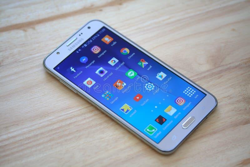 Teléfono elegante con medios usos sociales de Facebook, de Twitter, de Skype, de Linkedin, de Viber, de Whatsapp y del mensajero foto de archivo libre de regalías