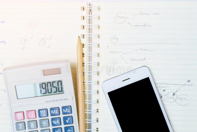 Teléfono elegante en el cuaderno foto de archivo libre de regalías