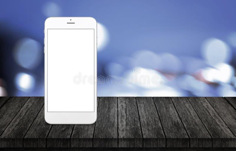 Teléfono elegante en el escritorio de madera Teléfono blanco con aislado, blanco, pantalla en blanco para la maqueta foto de archivo