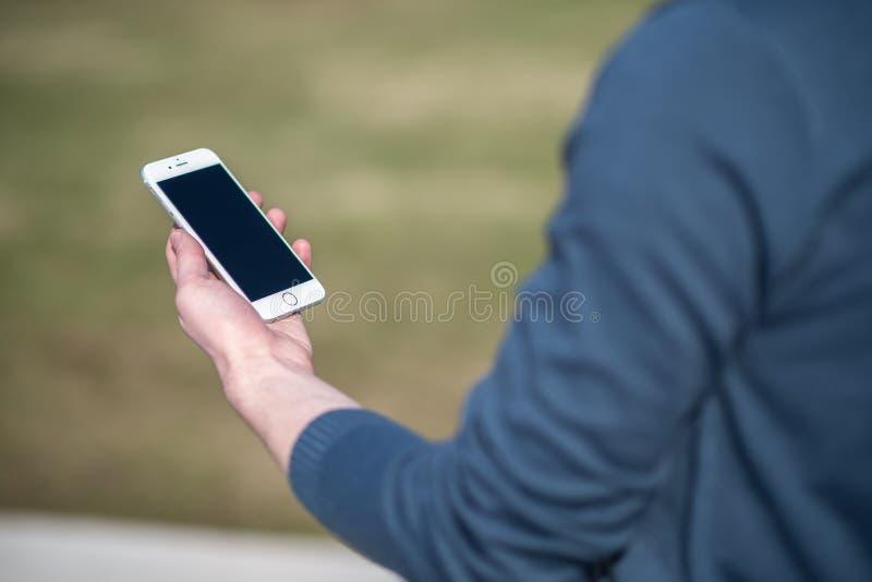 Teléfono elegante que es sostenido disponible imagen de archivo