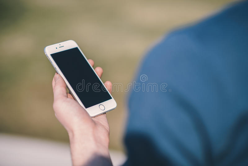 Teléfono elegante que es sostenido disponible imagen de archivo libre de regalías
