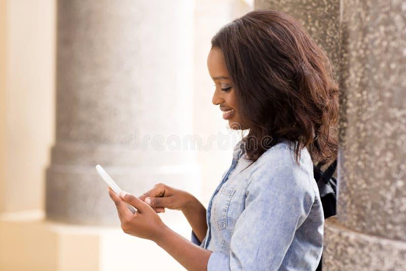 Teléfono elegante que manda un SMS fotografía de archivo
