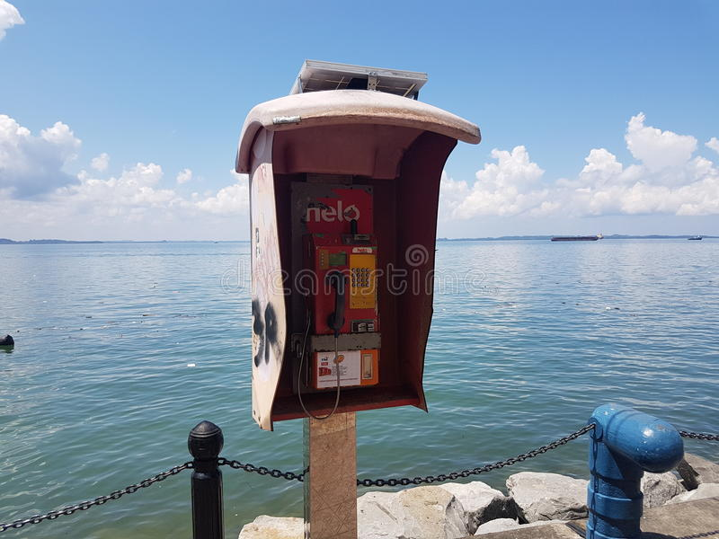 Teléfono en la playa fotos de archivo
