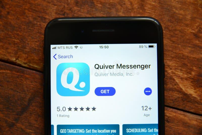 Teléfono en la tabla con una aplicación móvil para enviar un mensaje, smartphone foto de archivo libre de regalías