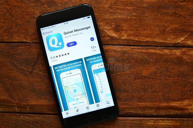 Teléfono en la tabla con una aplicación móvil para enviar un mensaje, smartphone fotos de archivo libres de regalías