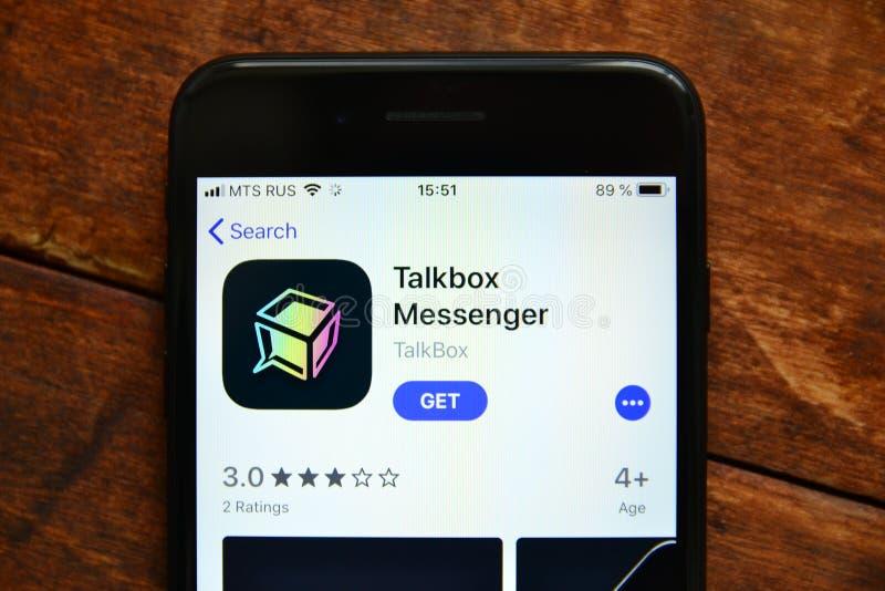 Teléfono en la tabla con una aplicación móvil para enviar un mensaje, smartphone imagenes de archivo
