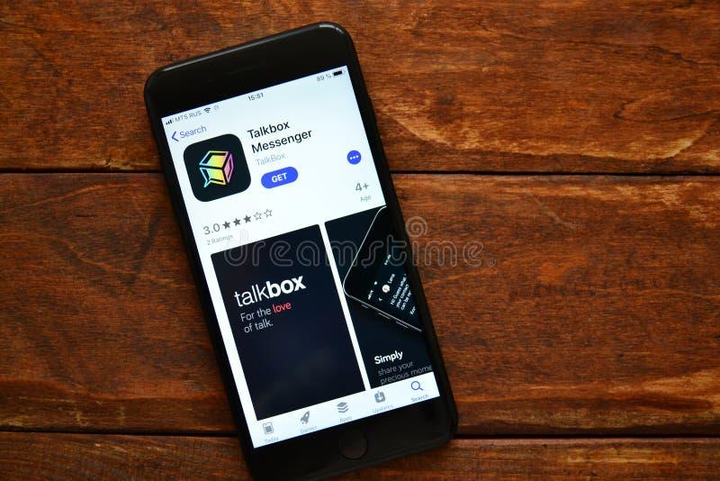 Teléfono en la tabla con una aplicación móvil para enviar un mensaje, smartphone fotografía de archivo libre de regalías