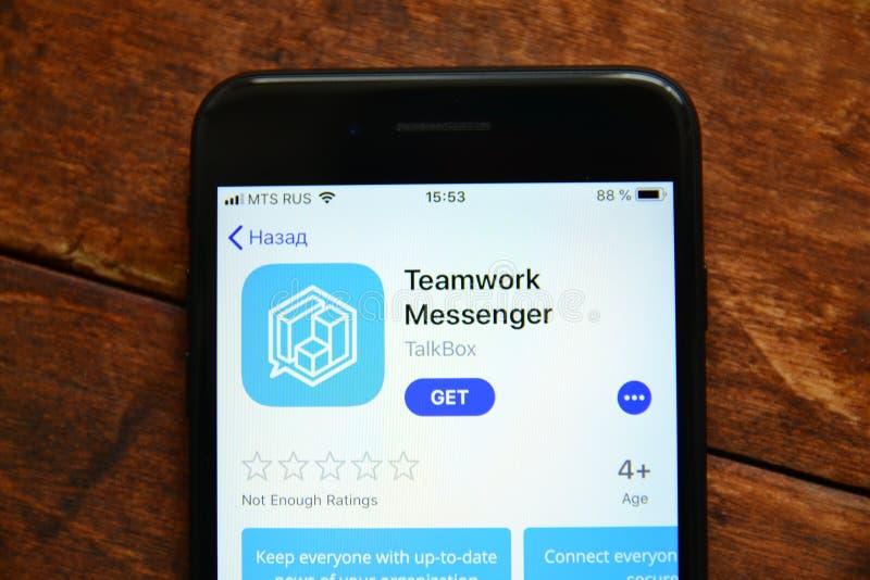 Teléfono en la tabla con una aplicación móvil para enviar un mensaje, smartphone fotos de archivo