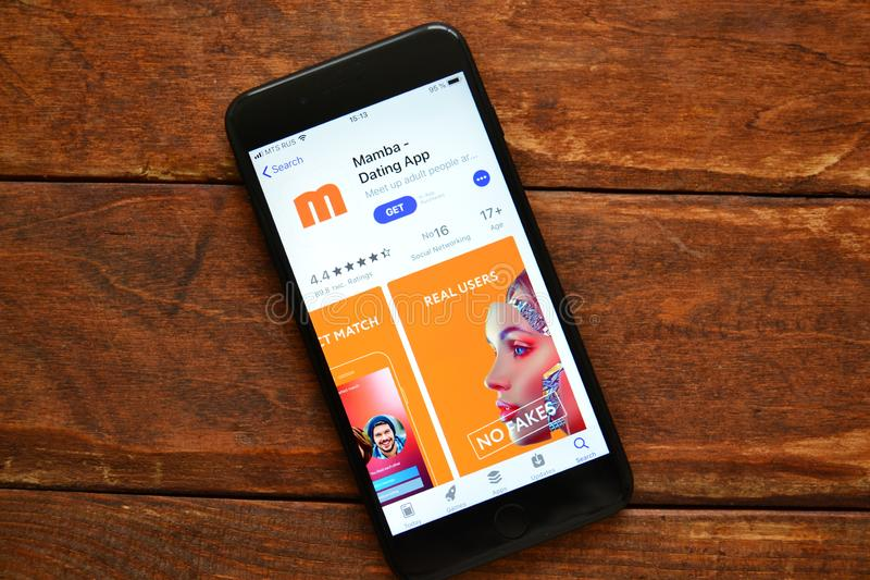 Teléfono en la tabla con una aplicación móvil para enviar un mensaje, smartphone fotografía de archivo