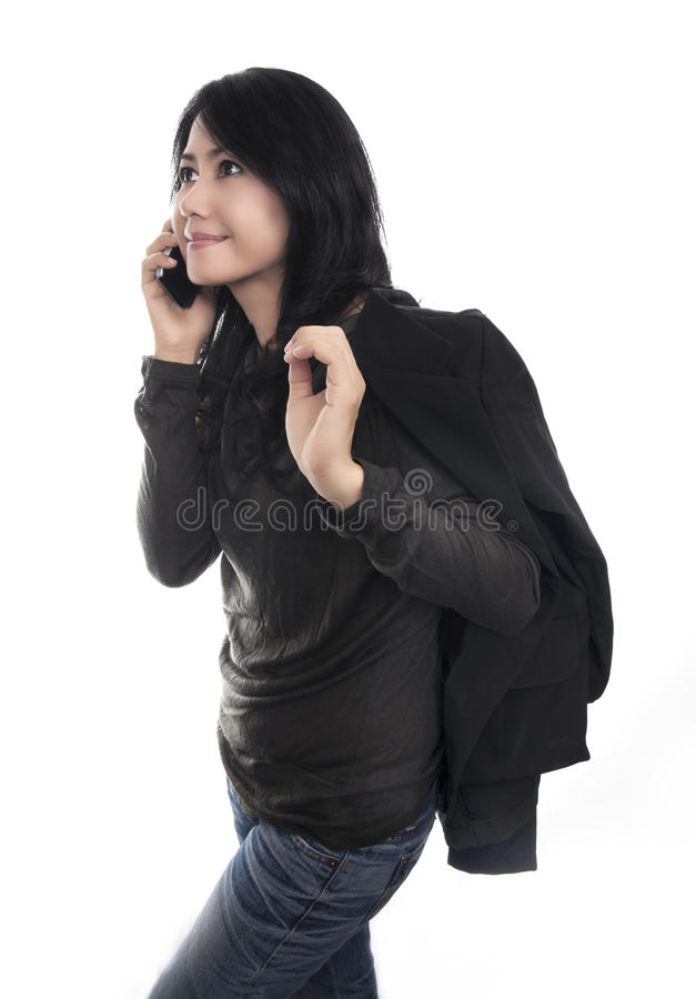 Teléfono feliz de la mujer que habla, aislado en el fondo blanco fotos de archivo libres de regalías