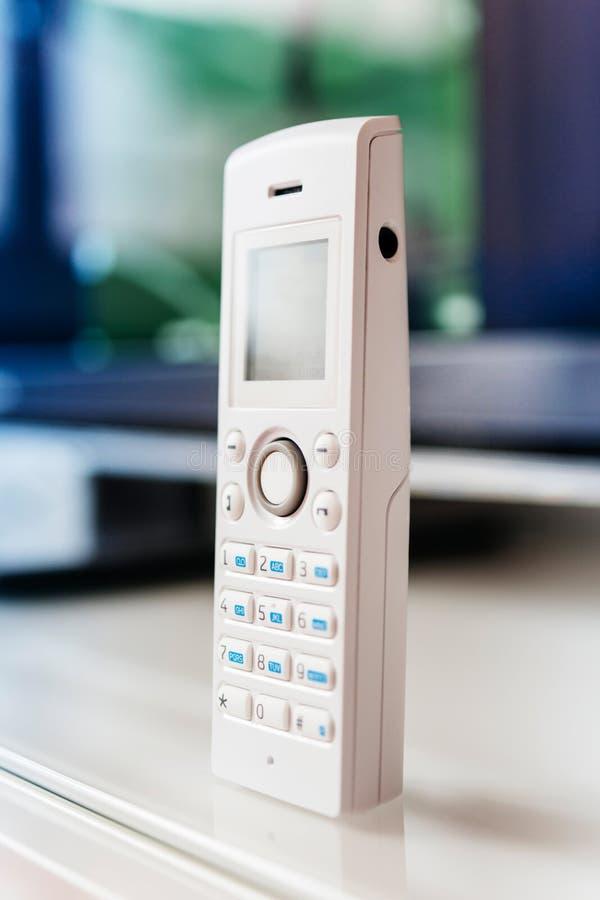 Teléfono inalámbrico en la tabla de la oficina fotografía de archivo libre de regalías