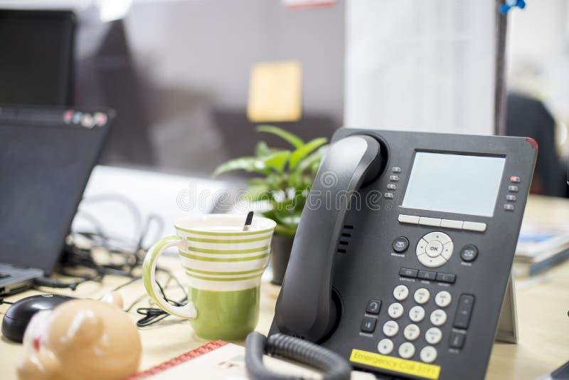 Teléfono inteligente en oficina, cosa necesaria de ayuda, llamadas de teléfono, las llamadas video y conferencia el tener y tan imagen de archivo libre de regalías