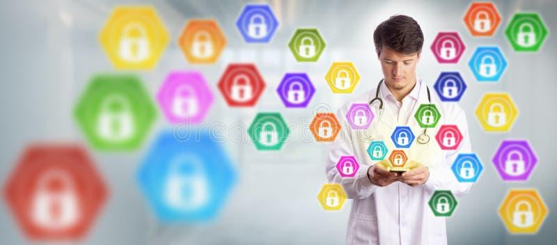 Teléfono joven del doctor Sending Data Via Smart fotos de archivo libres de regalías