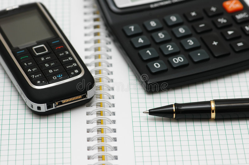Teléfono móvil, calculadora y p foto de archivo libre de regalías