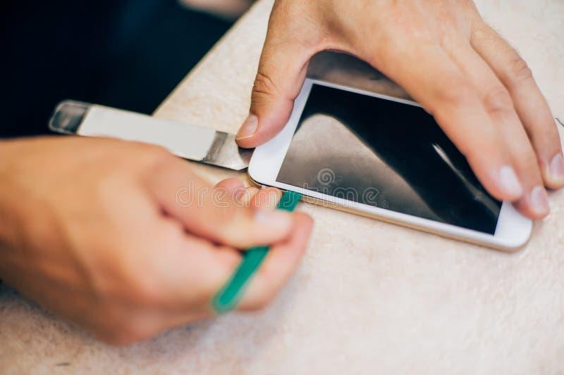 Teléfono móvil culpable de la reparación del técnico en el smartphone electrónico t foto de archivo libre de regalías