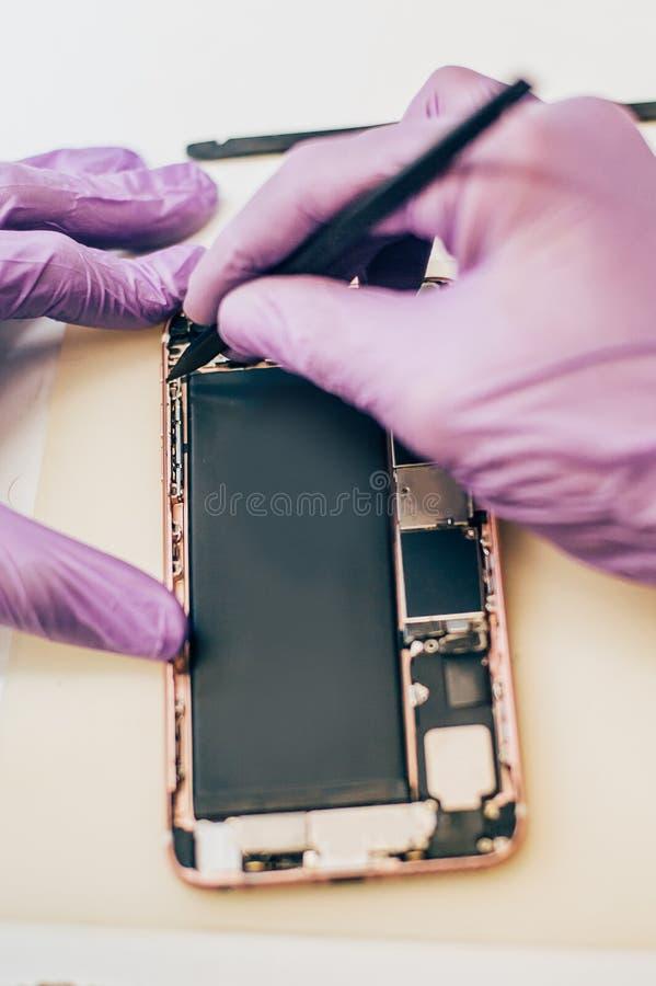 Teléfono móvil culpable de la reparación del técnico en el smartphone electrónico t imagen de archivo