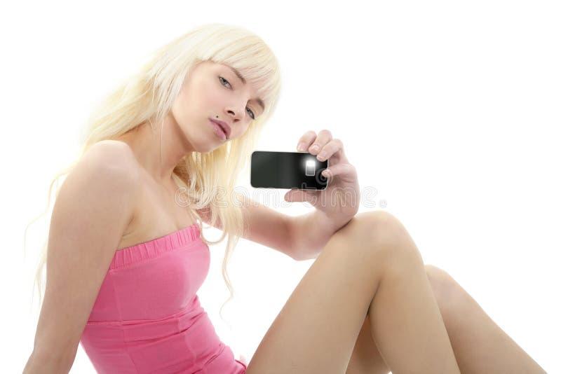 Teléfono móvil de la chica joven de la foto rubia del retrato imagenes de archivo