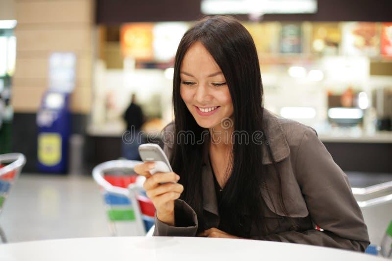 Teléfono móvil de la muchacha imágenes de archivo libres de regalías