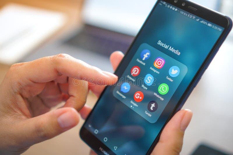 Teléfono móvil del iPhone intermedio social del app con el backgroun de la pantalla azul fotos de archivo libres de regalías