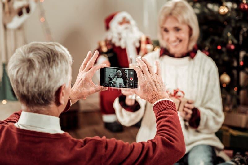 Teléfono móvil moderno polivalente que hace la foto imagen de archivo libre de regalías
