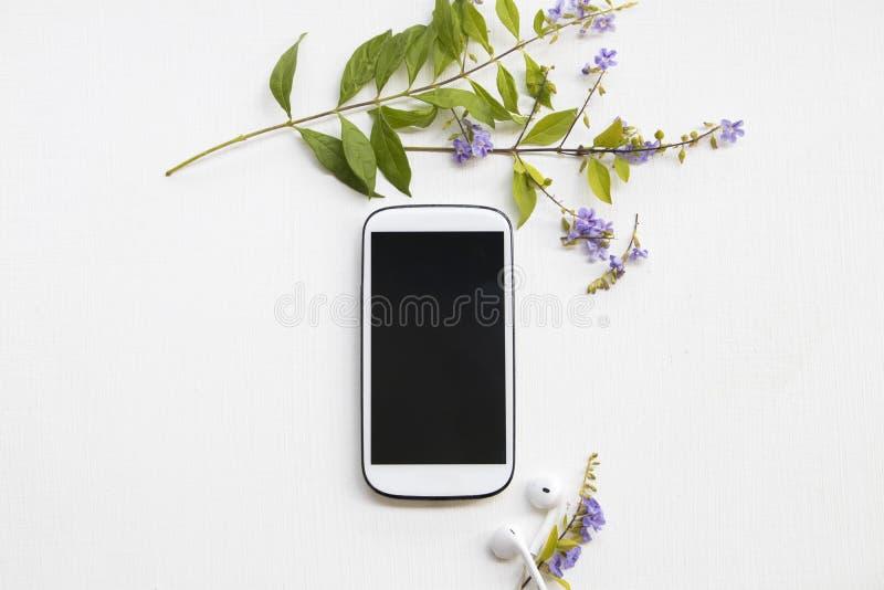 Teléfono móvil para el trabajo del negocio, auricular con las flores púrpuras imagenes de archivo