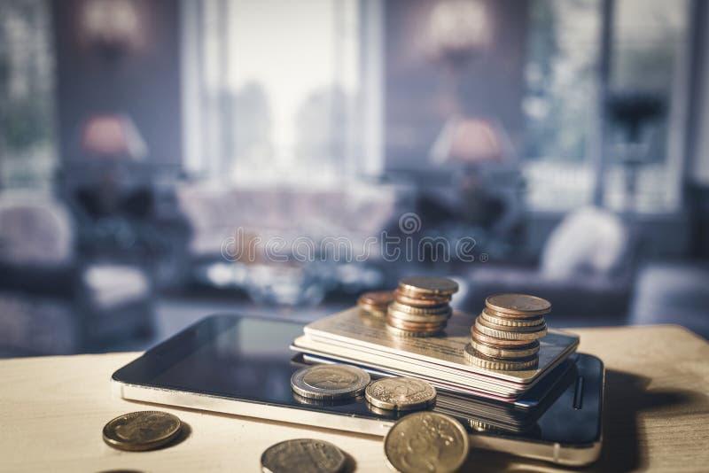 Teléfono móvil, tarjetas de crédito y monedas euro imagenes de archivo