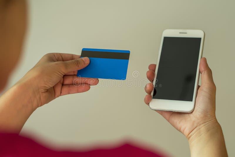 Teléfono móvil y el pagar con la tarjeta fotografía de archivo libre de regalías