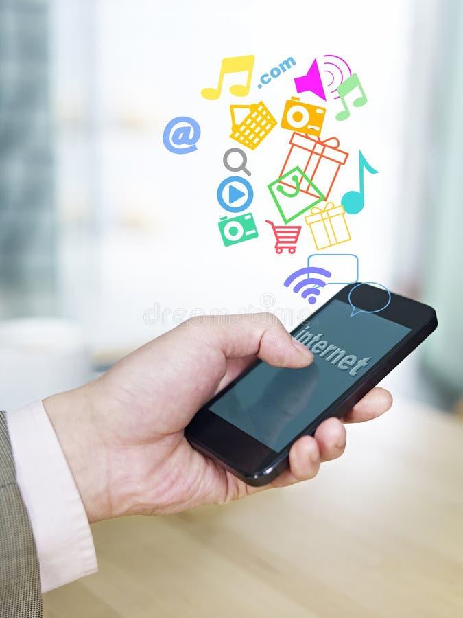 Teléfono móvil y Internet foto de archivo libre de regalías