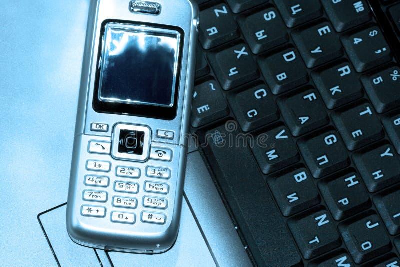 Teléfono móvil y ordenador fotos de archivo