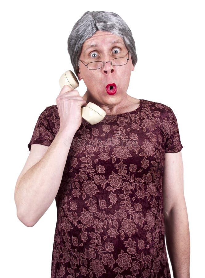 Teléfono mayor maduro viejo divertido del chisme de la charla de la mujer fotografía de archivo libre de regalías