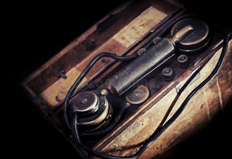 Teléfono militar resistido vintage a partir del período de WWII imagenes de archivo