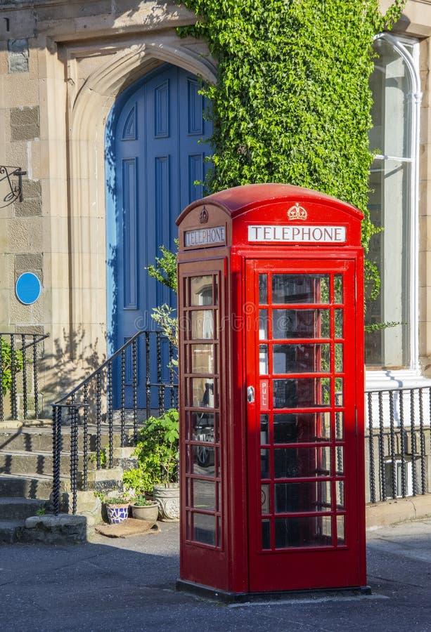 Teléfono público en la calle escocesa fotos de archivo