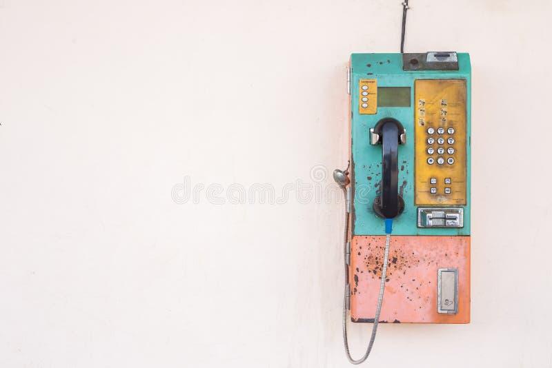 Teléfono público usando el ajuste de la moneda o de la tarjeta en la pared Con vacío fotografía de archivo libre de regalías