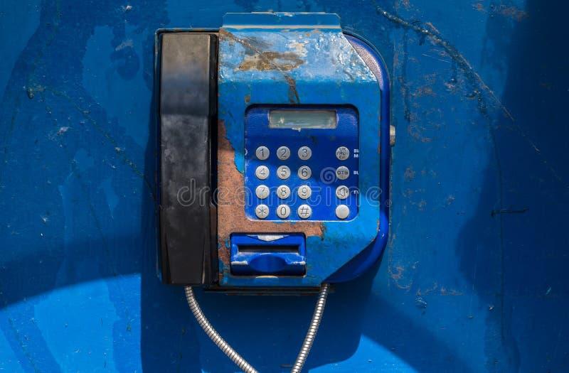 Teléfono público viejo imagenes de archivo