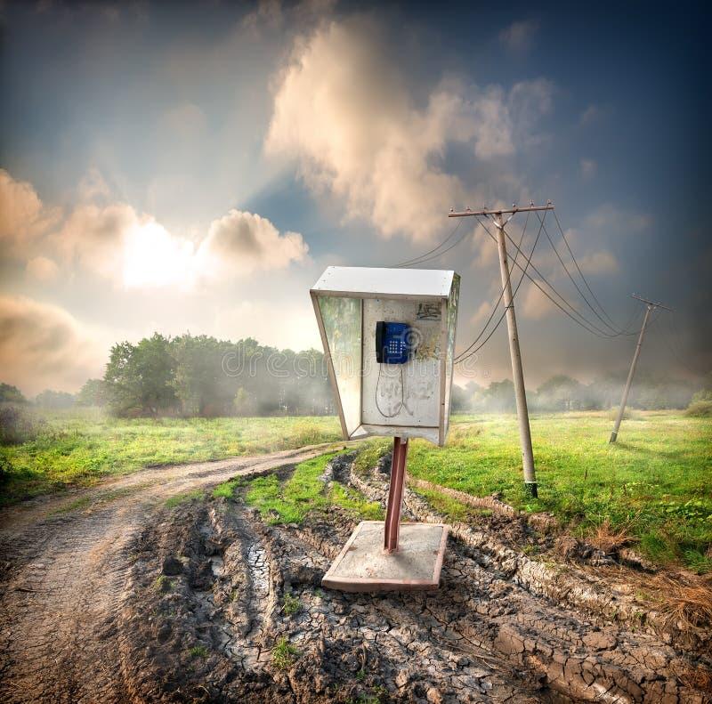 Teléfono público viejo en el campo fotos de archivo libres de regalías