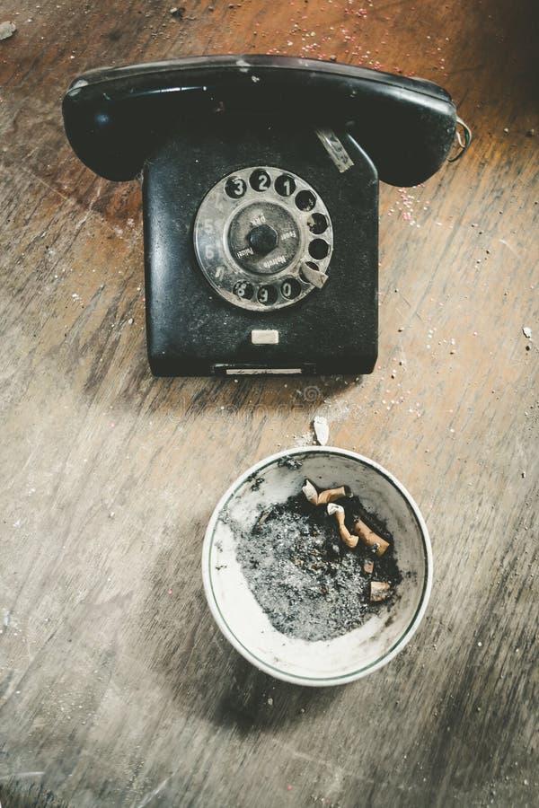 Teléfono que fuma fotos de archivo libres de regalías